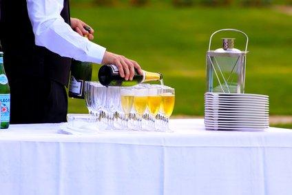 Serveur de champagne en réception